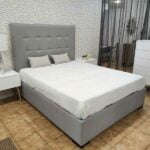 Conjunto de Quarto Lucy cama de casal estofada com cabeceira capitone mesas de cabeceira e camiserio lacado a branco com pes em carvalho