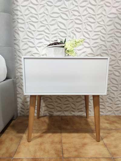Nordi Mesa de Cabeceira lacada a branco com uma gaveta e pes em carvalho cor mel 2