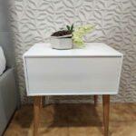 Nordi Mesa de Cabeceira lacada a branco com uma gaveta e pes em carvalho cor mel 3