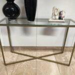 Consola Cruzada Dourada com tampo em vidro e pes dourados 2