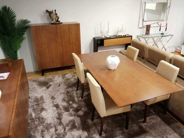 Sala Mesa de Jantar Desigual - ref MesaJ001.2 e Movel Ripado ref MovelBar004