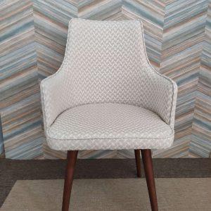 Cadeira Paris Mescla em tecido com textura bege e pes castanhos 1