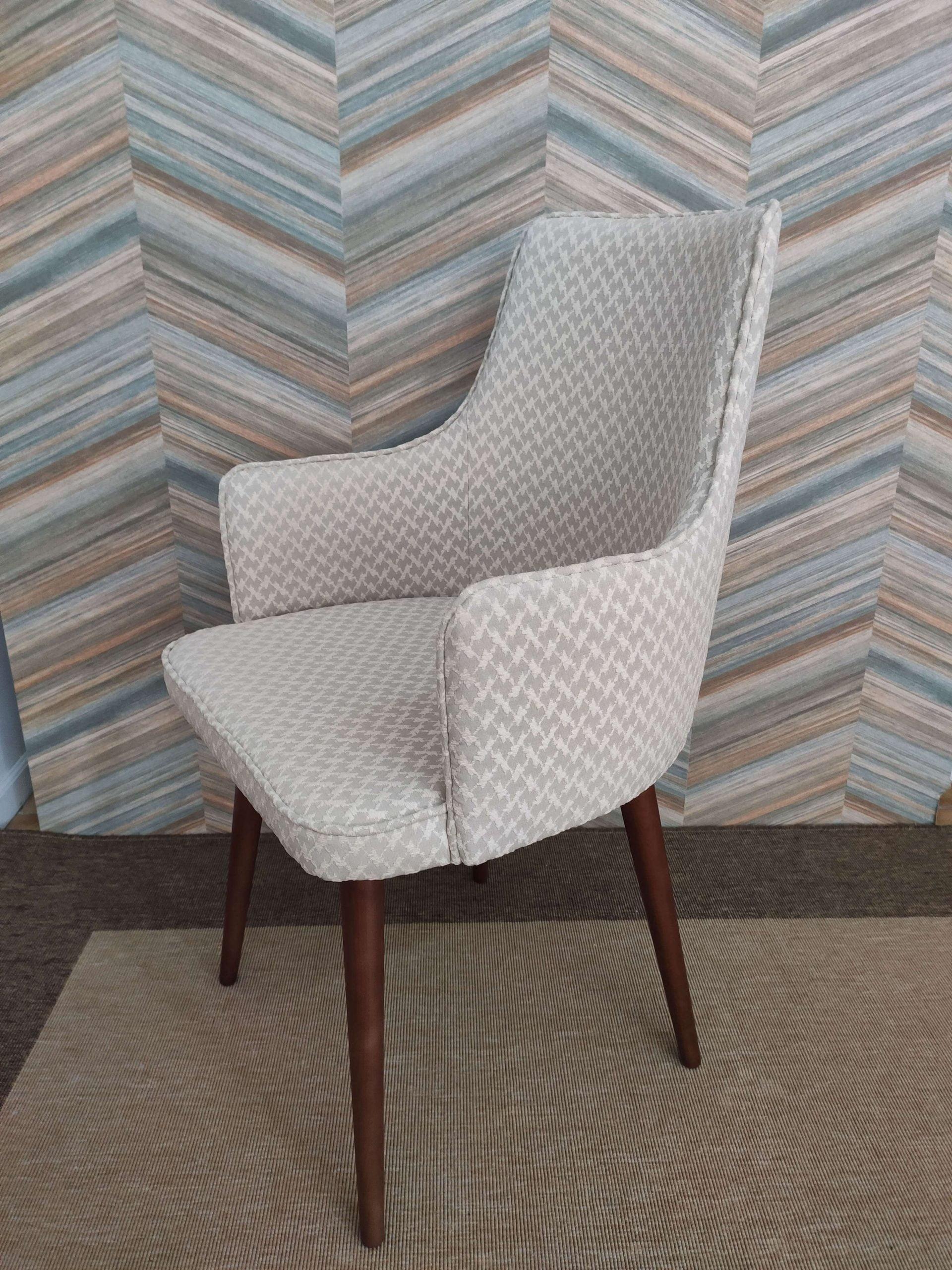 Cadeira Paris Mescla em tecido com textura bege e pes castanhos 3 scaled
