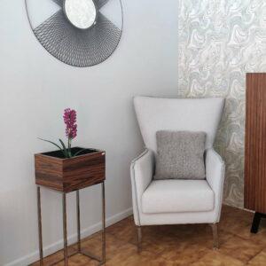 Cadeirao AltiVivo em tecido branco e feitio azul com pes em inox e Floreira vaseira Carina Inox em pau ferro e pes em Inox scaled