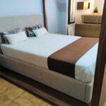 Cama de Casal Coberta Thai Esturtura em nogueir a e cama estofada tecido bege 7