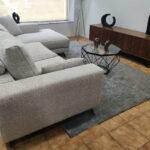 Chaise Lounge Fendy em Tecido Climatizado Bege com Cinza e Preto e Pes em Madeira 3