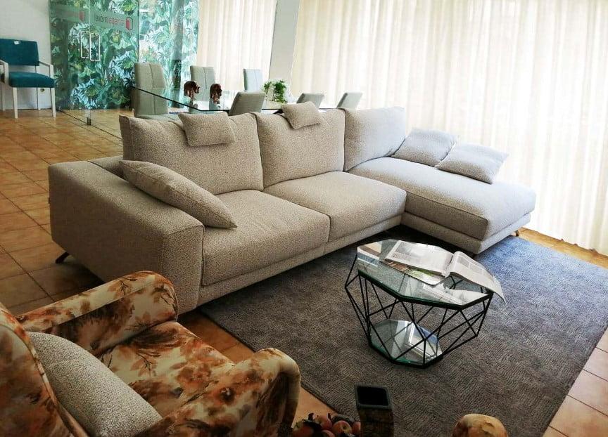 Chaise Lounge Fendy em Tecido Climatizado Bege com Cinza e Preto e Pes em Madeira 4