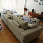 Chaise Lounge Fendy em Tecido Climatizado Bege com Cinza e Preto e Pes em Madeira 6