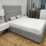 Conjunto de Quarto Lucy cama de casal estofada cinza mesas de cabeceira e camiserio lacado a branco com pes em carvalho
