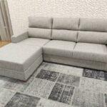 Sofa de 3 Lugares com Chaise Bau em Tecido Cinza com pes em madeira 2
