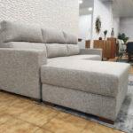 Sofa de 3 Lugares com Chaise Bau em Tecido Cinza com pes em madeira 3