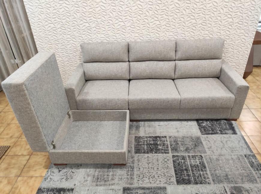 Sofa de 3 Lugares com Chaise Bau em Tecido Cinza com pes em madeira 4