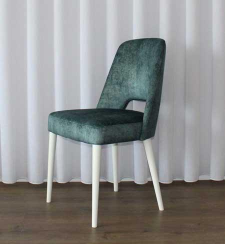 953 Vera Cadeira encosto estofado em tecido veludado verde e pes em madeira lacada a branco