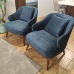 Isa Cadeirao com apoio de bracos veludado azul com pes em madeira nogueira Crispalmovel 1