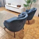 Isa Cadeirao com apoio de bracos veludado azul com pes em madeira nogueira Crispalmovel 2