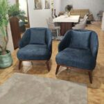 Isa Cadeirao com apoio de bracos veludado azul com pes em madeira nogueira Crispalmovel 3
