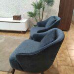 Isa Cadeirao com apoio de bracos veludado azul com pes em madeira nogueira Crispalmovel 5