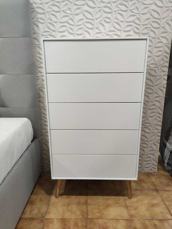 Nordi Camiseiro estilo nordico lacado a branco com 5 gavetas e pes em carvalho cor mel 3