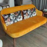 Sofa de 2 Lugares Isa com pes em madeira e estofo amarelo