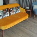 Sofa de 2 Lugares e Cadeirao Isa com pes em madeira e estofo em tecido
