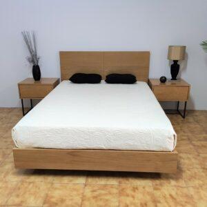 Campina Quarto de Madeira com cama de casal em carvalho cor mel mesas de cabeceira carvalho com pes pretos e camiseiro carvalho cor mel 1