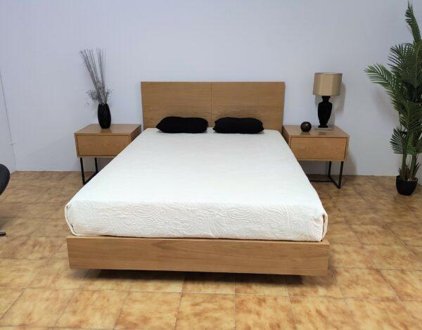 Campina Quarto de Madeira com cama de casal em carvalho cor mel mesas de cabeceira carvalho com pes pretos e camiseiro carvalho cor mel 1 scaled