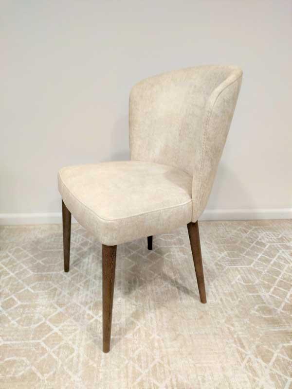 Flor Cadeira Estofada em tecido veludado tons de bege e pes em freixo cor madeira castanho Crispalmovel 3