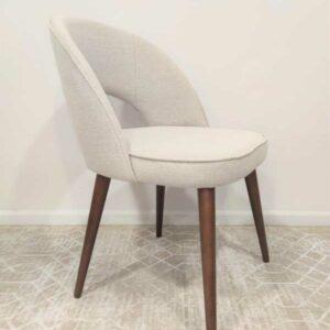 Jaba Vintage Cadeira estofada em tecido bege e pes em cor de madeira Crispalmovel 1