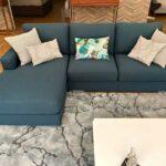 Sofia Chaise Lounge Lado Direito em tecido azul e pes em inox cilindros 4