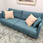 Doris Sofa de 2 lugares contemporaneo tecido azul de bracos finos e pes em inox dourado Crispalmovel 1
