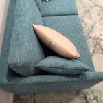 Doris Sofa de 2 lugares contemporaneo tecido azul de bracos finos e pes em inox dourado Crispalmovel 4