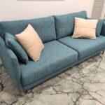 Doris Sofa de 2 lugares contemporaneo tecido azul de bracos finos e pes em inox dourado Crispalmovel 5