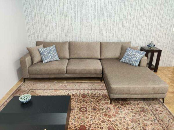 Emma Chaise lounge lado direito com tecido veludado castanho e pes finos em metal escuro Crispalmovel 1