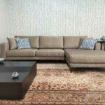 Emma Chaise lounge lado direito com tecido veludado castanho e pes finos em metal escuro Crispalmovel 2