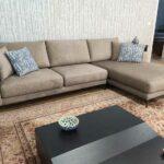 Emma Chaise lounge lado direito com tecido veludado castanho e pes finos em metal escuro Crispalmovel 6