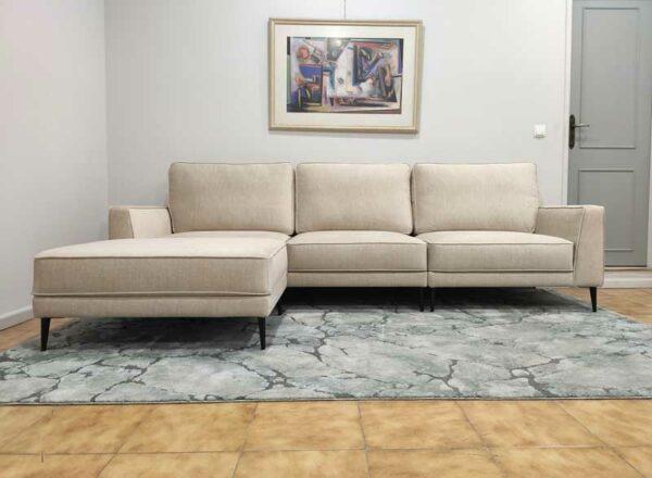 Positano Sofa Chaise Lounge de 3 Lugares com Puff em tecido veludado bege com bordao e pes finos madeira pretos Crispalmovel 3
