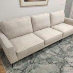 Positano Sofa de 3 Lugares com Chaise Puff tecido veludado bege com bordao e pes finos madeira pretos Crispalmovel 4
