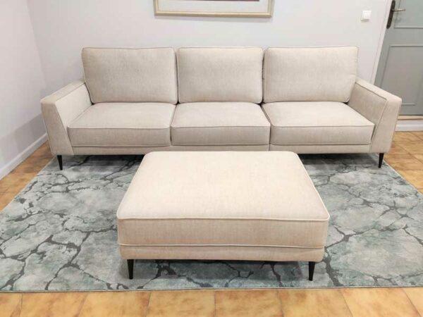 Positano Sofa de 3 Lugares com Chaise Puff tecido veludado bege com bordao e pes finos madeira pretos Crispalmovel 6
