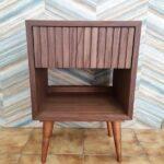 Zuri Mesa de cabeceira com uma gaveta em nogueira com acabamento acrilico 1