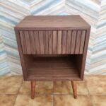 Zuri Mesa de cabeceira com uma gaveta em nogueira com acabamento acrilico 4