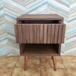 Zuri Mesa de cabeceira com uma gaveta em nogueira com acabamento acrilico 5