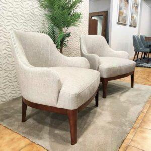 Cadeirao Lucio com tecido veludado claro e pes em madeira carvalho castanho Crispalmovel Cadeiroes por medida 2